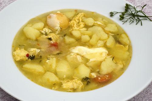 Caldo de papas con huevos y cilantro, 'En la cocina'