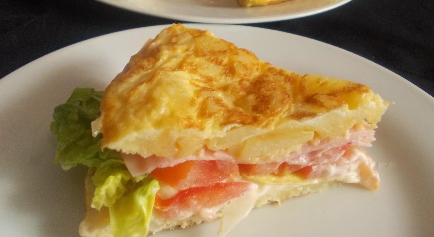 Tortilla rellena al estilo sandwich, 'En la cocina'