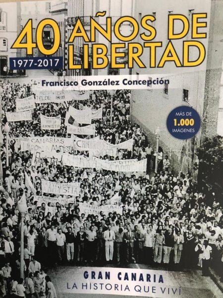 Francisco González Concepción con su libro «40 años de libertad: 1977-2017», en 'El andén'